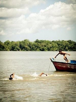 Meninos brincam em rio de Vigia (Foto: Ana Lu Rocha/Arquivo Pessoal)