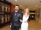 Leandra Leal vai com o namorado a pré-estreia de filme
