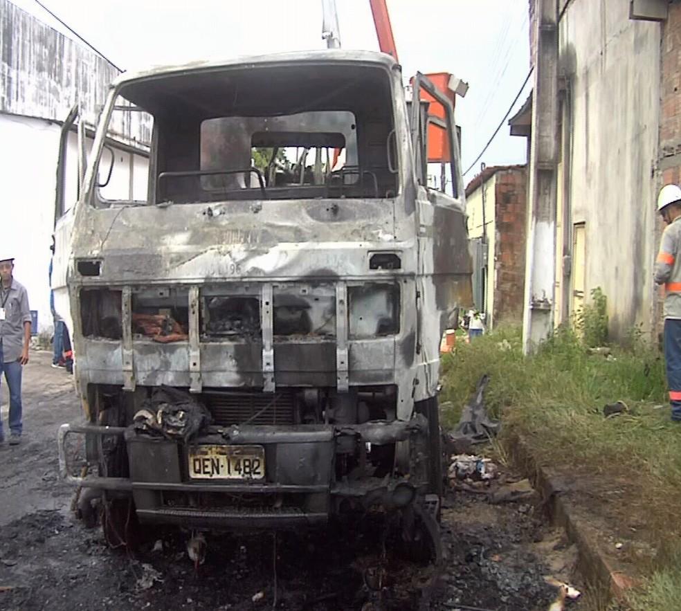 Parte da frente do veículo da Enel ficou destruída. Uma moradora presenciou o crime. (Foto: Reprodução/TV Verdes Mares)