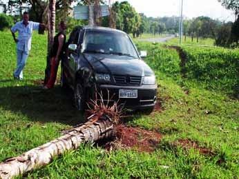 A lateral do carro ficou parcialmente destruída (Foto: Ricardo Moreira/G1)
