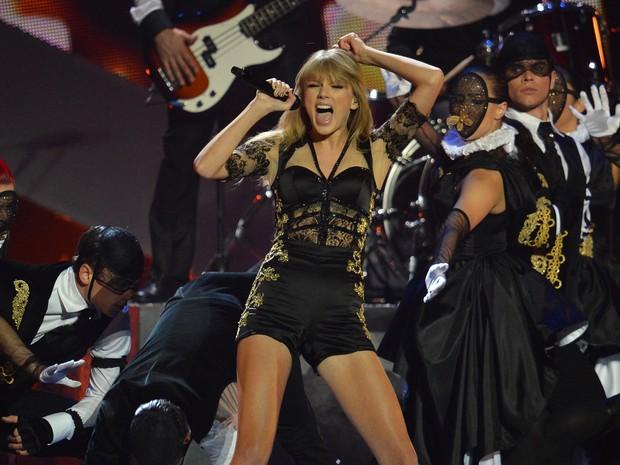 Taylor Swift se apresenta no palco do Brit Awards, premiação da música britânica que aconteceu nesta quarta-feira (20) em Londres (Foto: Ben Stansall/AFP)
