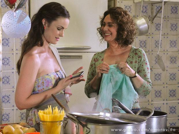 Gina mostra o celular que ganhou para a mãe (Foto: Jacson Vogel/TV Globo)