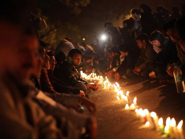 Indianos acendem velas em memória à jovem que morreu após ser estuprada por seis homens dentro de um ônibus em Nova Déli e sofrer agressões graves. Fato mobilizou onda de protestos pelo país. (Foto: AP Photo/Altaf Qadri)