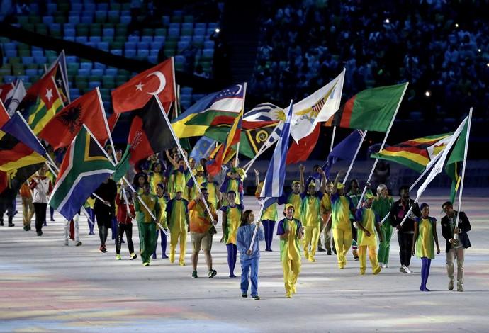 Isaias Queiroz bandeira festa de encerramento (Foto: Patrick Smith/Getty Images)