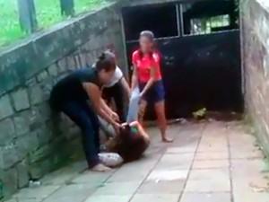 Três jovens aparecem nas imagens agredindo Valéria (Foto: Reprodução/WhatsApp)