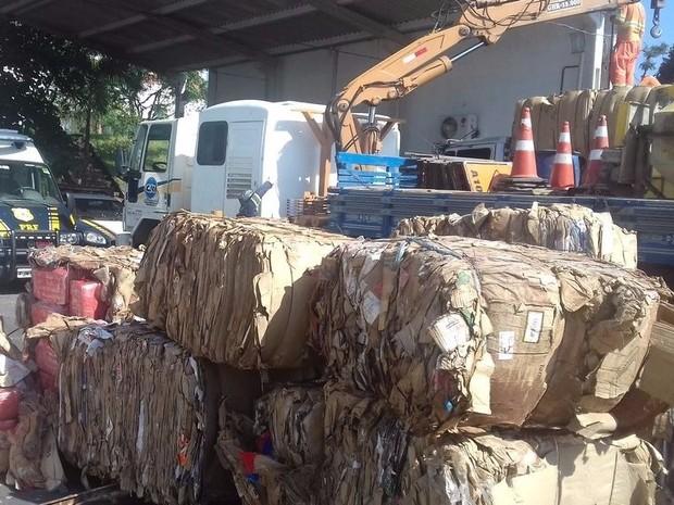 Drogas estavam escondidas entre fardos de papelão em Registro (Foto: Polícia Rodoviária Federal / Divulgação)