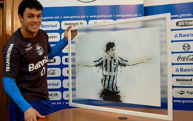Kleber ganha quadro artístico em sua homenagem de torcedor do Grêmio (Foto: Bruno Junqueira/TratoTXT)