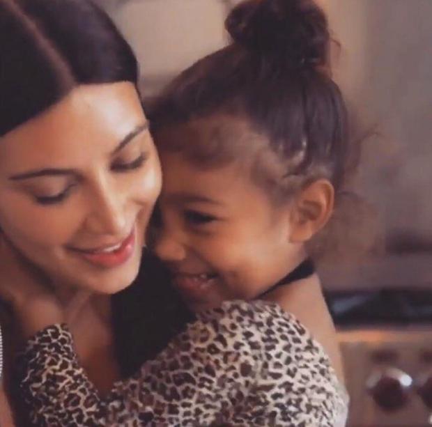 Kim Kardashian com a filha (Foto: Reprodução/Instagram)