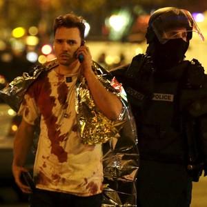 FOTOS: público é retirado de casa de shows invadida por atiradores (Philippe Wojazer/Reuters)