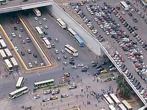 Ônibus bloqueiam entrada e saída na Rodoviária do Plano Piloto e via S1, no Eixo Monumental (Foto: TV Globo/Reprodução)