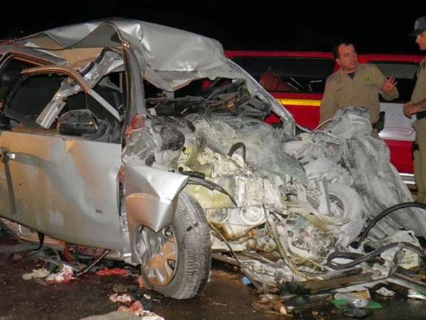 Carro ficou completamente destruído após a colisão contra o caminhão (Foto: Jailton Silva)