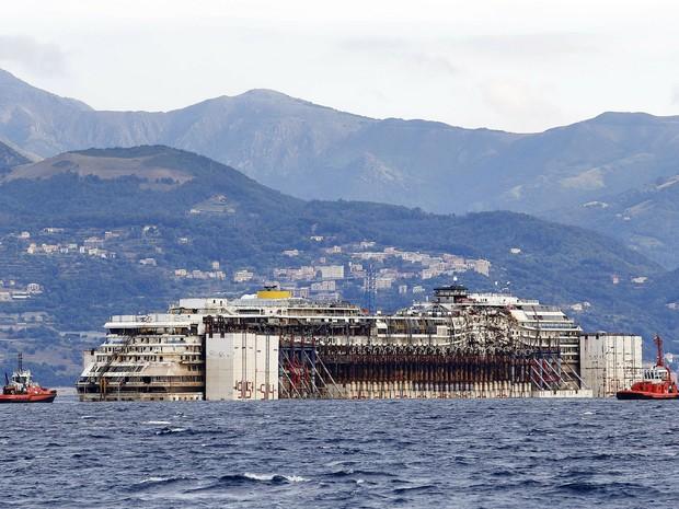 Costa Concordia próximo ao porto de Gênova, na Itália (Foto: Giampiero Sposito/Reuters)