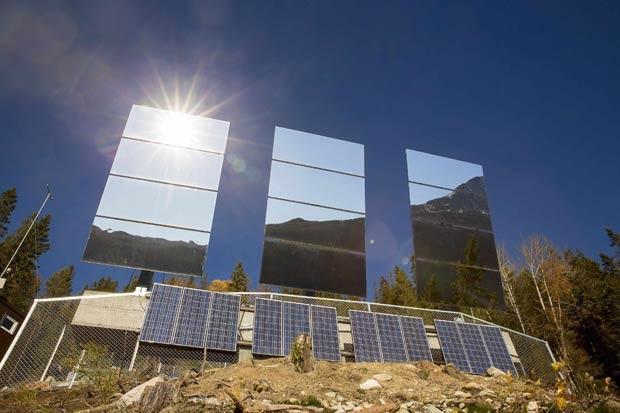 Espelhos gigantes instalados em montanha refletem o sol para Rjukan (Foto: Terje Bendiksby/NTB Scanpix/Reuters)
