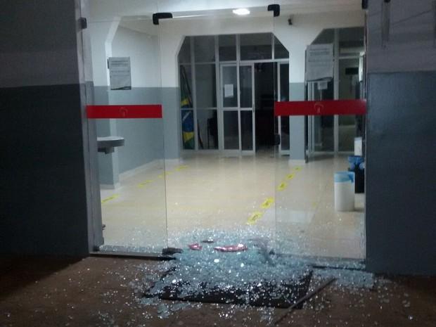 Suspeitos atiraram contra as portas das agências bancárias (Foto: Divulgação/ Polícia)