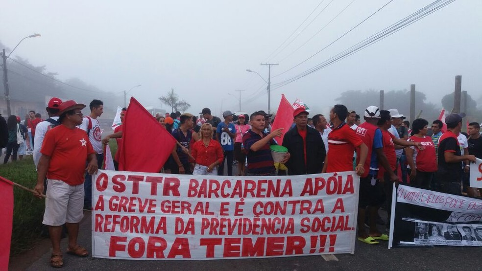 Trabalhadores rurais interditam o acesso ao complexo de pontes que interliga o Pará. (Foto: CUT-PA/ Divulgação)