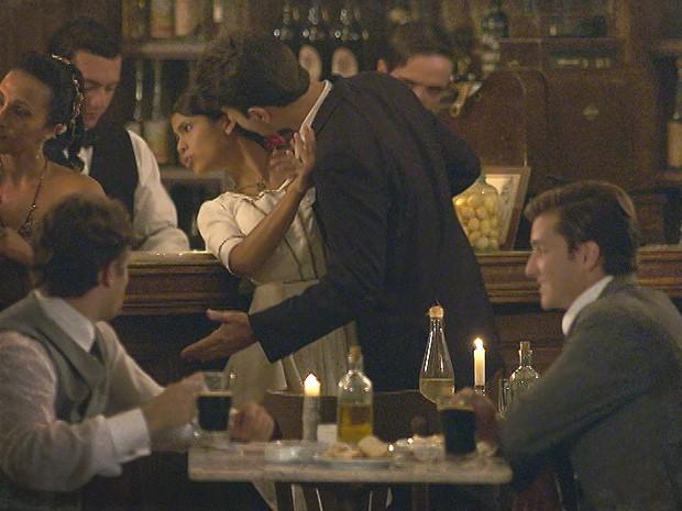 Cliente do bar se aproxima de Gilda, e Albertinho fica incomodado (Foto: Lado a Lado / TV Globo)