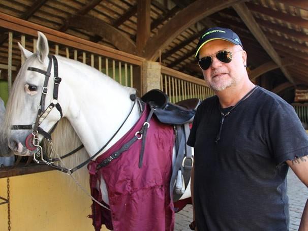 Ulysses Cruz, diretor geral do Criança Esperança, com o cavalo do Beto Carrero World (Foto: Divulgação / Christina Fuscaldo)