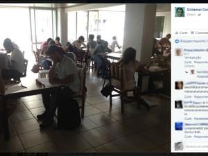 Alunos fizeram prova em salão de festas do prédio onde mora o professor (Foto: Reprodução/Facebook)