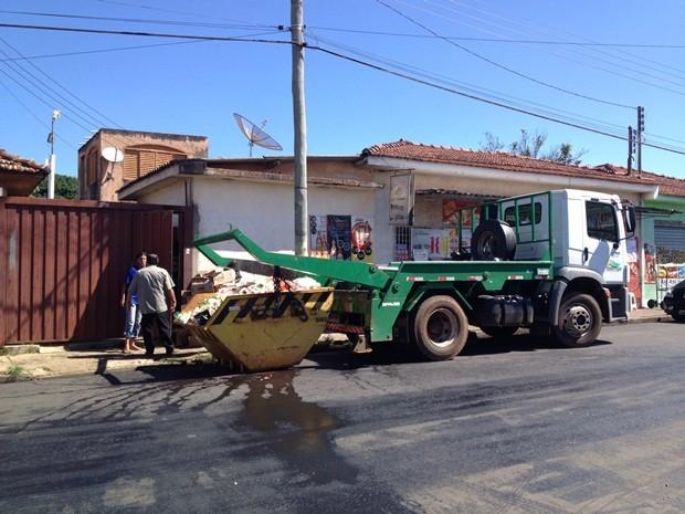 Caminhão levou produtos vencidos nesta quinta-feira (28) (Foto: André Godinho/TV TEM)