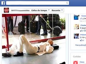 Reprodução de página de rede social com foto de Ariano Suassuna deitado no chão de aeroporto de Brasília
