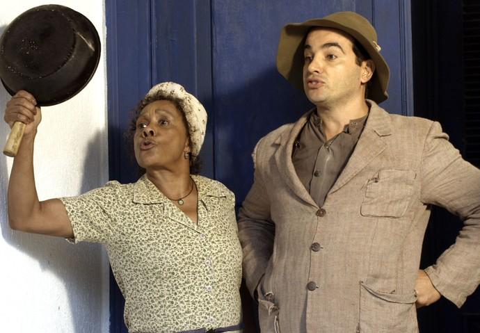 Manuela e Zé dos Porcos não permitem invasão (Foto: TV Globo)
