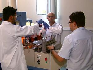 Processo de produção do plástico ocorre de forma rápida e simples (Foto: Reprodução EPTV)