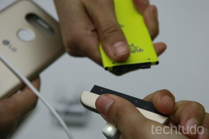 Bateria do G5 pode ser desencaixada e trocada por outra em segundos (Foto: Fabrício Vitorino/TechTudo)