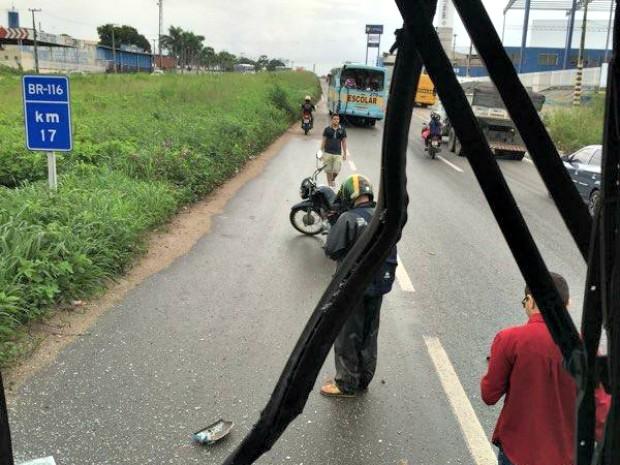 Acidente envolvendo dois ônibus e uma moto aconteceu no km 17 na BR-116, na Grande Fortaleza (Foto: Hugo Oliveira/Arquivo Pessoal)