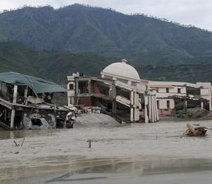 Inundação provoca desabamento de edifícios no norte da Índia (Foto: AP Photo)