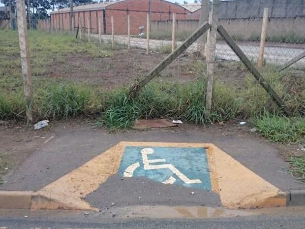 Cadeirante que subir na rampa de acesso 'dá de cara' com cerca (Foto: Arquivo Pessoal)