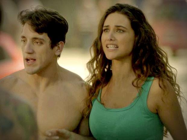Tessália chega de carona com Wallace e encontra Leleco possesso (Foto: Avenida Brasil/ TV Globo)