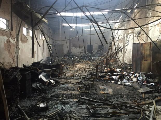 Fogo destruiu móveis, equipamentos e documentos em agência de publicidade em Franca (Foto: Dirceu Garcia/Jornal Comércio da Franca)