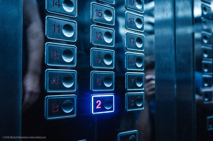 No hotel, o 5º andar não podia ser acessado pelo elevador e tinha as portas trancadas pela escadaria (Foto: Michal Huniewicz)