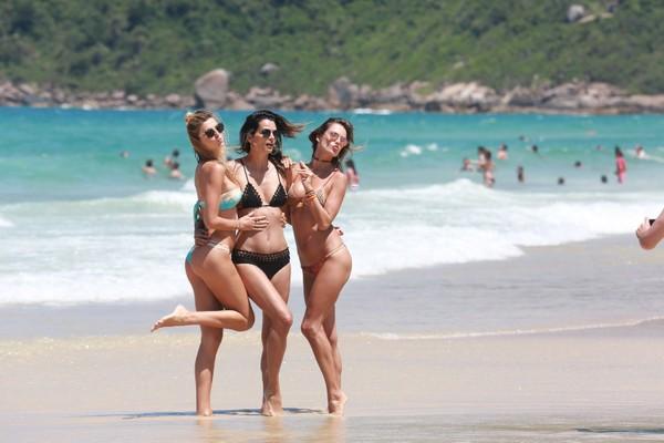 Alessandra Ambrósio e Fernanda Motta vão à praia em Florianópolis