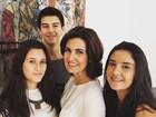 Fátima Bernardes curte Dia das Mães com os trigêmeos