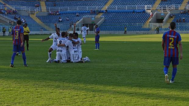 Botafogo-PB comemora gol que garantiu a vaga do time na Série C de 2014 (Foto: Phelipe Caldas / Globoesporte.com/pb)
