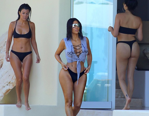 Kim Kardashian e Kourtney Kardashian (Foto: The Grosby Group)