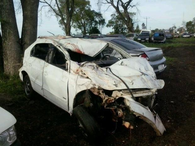 Com o impacto do atropelamento, carro ficou desgovernado e desceu um barranco às margens da BR-277 (Foto: PRF / Divulgação)