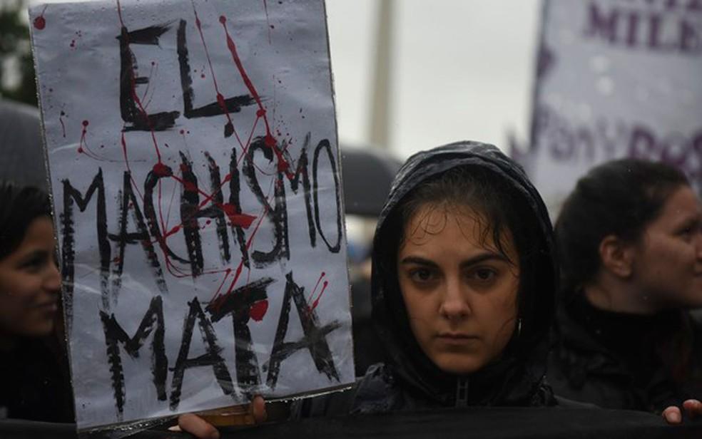 Mulher participa de marcha contra a violência contra a mulher, em Buenos Aires, em 19 de outubro (Foto: Eitan Abramovich/AFP)
