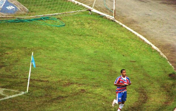 Edinho comemora gol do Fortaleza contra o Botafogo (Foto: Felipe Rodrigues Marques)
