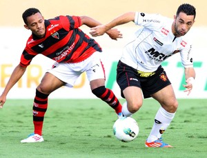 Ernandes do Atlético-GO e Gilsinho do Sport (Foto: Carlos Costa / Ag. Estado)
