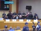 Sob escolta e protestos, vereadores presos tomam posse em Foz