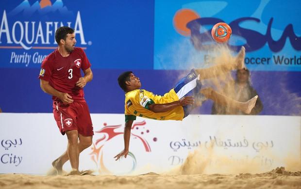 Datinha da seleção brasileira de futebol de areia dá bicicleta na Copa Intercontinental de Dubai (Foto: Divulgação/BSWW)