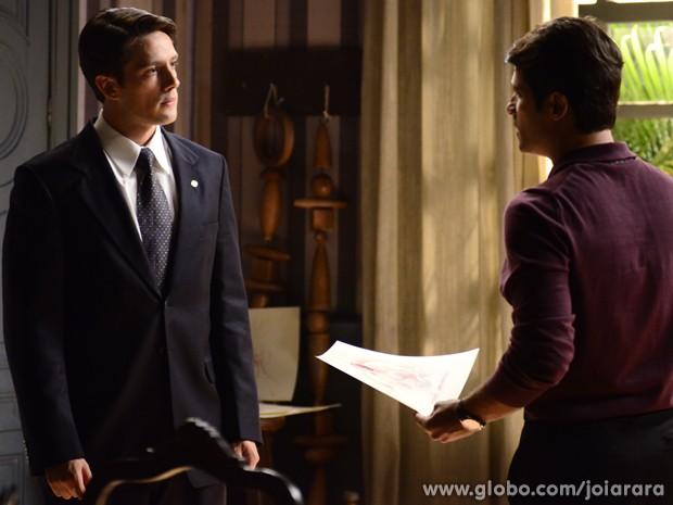Viktor diz a Franz que ama Sílvia e mostra desenhos  (Foto: Ellen Soares / Tv Globo)