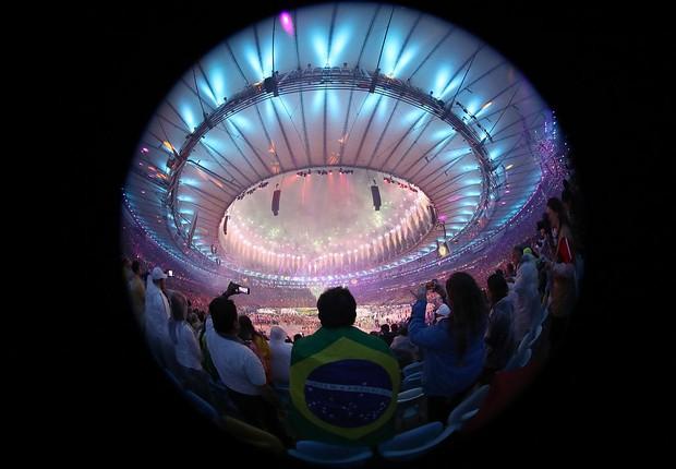 Fogos de artifício iluminam Estádio do Maracanã na cerimônia de encerramento dos Jogos Olímpicos Rio 2016 (Foto: Alexander Hassenstein/Getty Images)