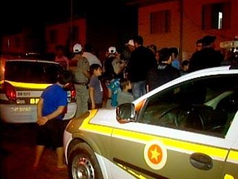 Polícia foi chamada pelos vizinhos (Foto: Reprodução/RBS TV)