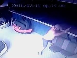 Homem foi morto a tiros enquanto trabalhava em Eunápolis, Bahia (Foto: Reprodução/ TV Bahia)