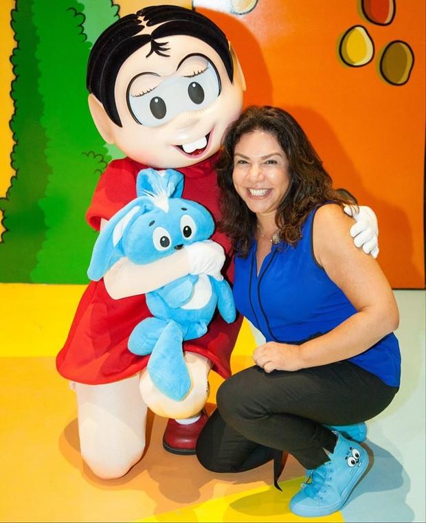 Mônica, filha de Maurício de Sousa, com a personagem que inspirou (Foto: Reprodução/Facebook)