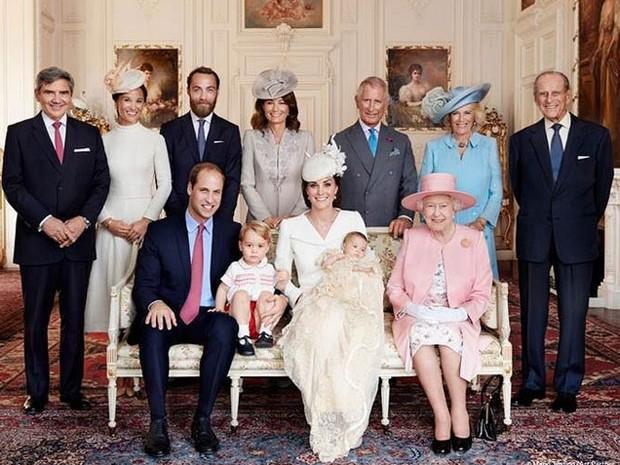 O Palácio de Kensington, residência oficial do príncipe William e da duquesa de Cambridge, Kate Middleton, divulgou nesta quinta-feira (9) as fotos oficiais do batizado da filha do casal, a princesa Charlotte, realizado no último domingo (5) (Foto: Reprodução/Instagram/Kensington Palace)