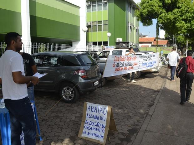 Manifestantes começaram a coletar assinaturas contra o auxílio saúde na sexta-feira (Foto: Abinoan Santiago/G1)